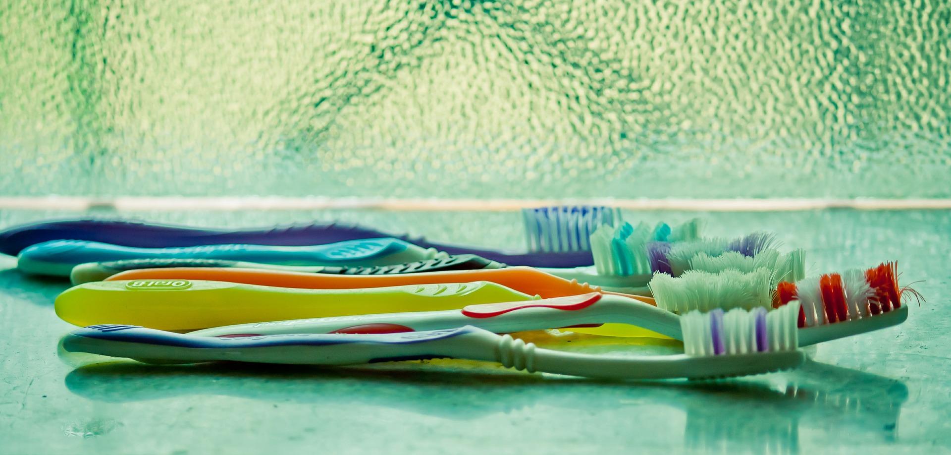 toothbrush-390870_1920